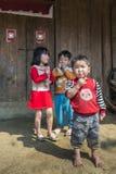 Αγροτικά παιδιά που παίζουν έξω από το σπίτι Στοκ Φωτογραφίες