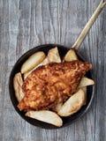 Αγροτικά παραδοσιακά αγγλικά ψάρια και τσιπ Στοκ Φωτογραφίες