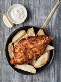 Αγροτικά παραδοσιακά αγγλικά ψάρια και τσιπ Στοκ Εικόνες