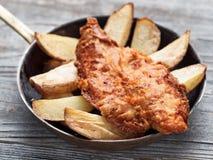Αγροτικά παραδοσιακά αγγλικά ψάρια και τσιπ Στοκ Φωτογραφία
