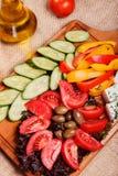 Αγροτικά φρέσκα λαχανικά με φέτα και τις ελιές Στοκ Φωτογραφίες