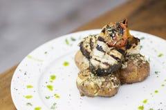Αγροτικά ψημένα στη σχάρα ψάρια με την πατάτα και την ντομάτα ψητού Στοκ εικόνες με δικαίωμα ελεύθερης χρήσης