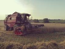 Αγροτικές τοπίο και θεριστική μηχανή Στοκ Φωτογραφίες