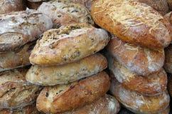 Αγροτικές φραντζόλες ψωμιού που συσσωρεύονται Στοκ Φωτογραφίες