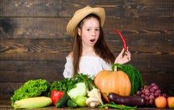 Αγροτική αγορά παιδιών κοριτσιών με τον αγρότη παιδιών συγκομιδών πτώσης με το ξύλινο υπόβαθρο συγκομιδών Έννοια φεστιβάλ οικογεν στοκ εικόνα