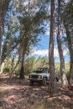 Αγροτική Ανδαλουσία Ισπανία 06/10/2016 4x4 όχημα εκτάσεων πίσω από τα δέντρα στο δάσος στοκ εικόνες