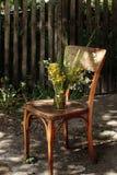 Αγροτική ανθοδέσμη των άγριων λουλουδιών στην παλαιά ξύλινη καρέκλα στη θερινή ημέρα Στοκ εικόνα με δικαίωμα ελεύθερης χρήσης
