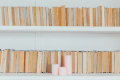 Αγροτική βιβλιοθήκη που θέτει με τα παλαιά βιβλία Στοκ φωτογραφίες με δικαίωμα ελεύθερης χρήσης