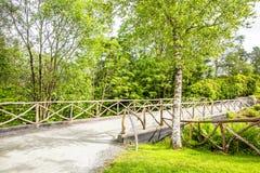 Αγροτική γέφυρα και παλαιός φράκτης στη θερινή ηλιόλουστη ημέρα Στοκ εικόνα με δικαίωμα ελεύθερης χρήσης