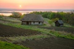 Αγροτική γη κοντά στο παλαιό ξύλινο σπίτι Αγροτικό τοπίο με ri Στοκ εικόνες με δικαίωμα ελεύθερης χρήσης
