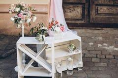 Αγροτική ζώνη γαμήλιων φωτογραφιών άσπρα κιβώτια με τα λουλούδια και τα κεριά Στοκ εικόνα με δικαίωμα ελεύθερης χρήσης