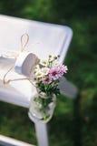 Αγροτική διακόσμηση γαμήλιων καρεκλών Στοκ εικόνα με δικαίωμα ελεύθερης χρήσης