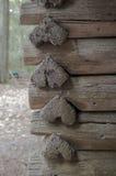 Αγροτική καμπίνα με διαμορφωμένα τα καρδιά κούτσουρα στοκ φωτογραφίες