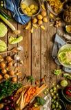 Αγροτική κουζίνα, μαγείρεμα - που προετοιμάζει τα λαχανικά πτώσης φθινοπώρου Στοκ Φωτογραφία
