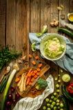 Αγροτική κουζίνα, μαγείρεμα - που προετοιμάζει τα λαχανικά πτώσης φθινοπώρου Στοκ Φωτογραφίες