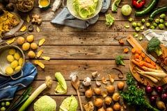 Αγροτική κουζίνα, μαγείρεμα - που προετοιμάζει τα λαχανικά πτώσης φθινοπώρου Στοκ Εικόνες