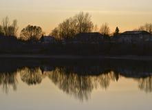 Αγροτική λίμνη στο πορτοκαλί ηλιοβασίλεμα στοκ φωτογραφία