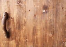 Αγροτική λαβή πορτών ύφους στο φυσικό ξύλινο γυαλισμένο u πορτών κοντά Στοκ Εικόνα