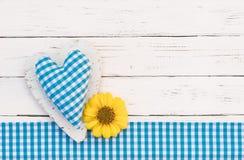 Αγροτική μπλε καρδιά με το λουλούδι στο άσπρο ξύλινο υπόβαθρο για την ημέρα πατέρων Στοκ φωτογραφία με δικαίωμα ελεύθερης χρήσης