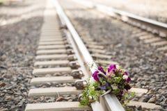 Αγροτική νυφική ανθοδέσμη στις διαδρομές σιδηροδρόμου Στοκ Φωτογραφία
