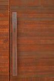 Αγροτική ξύλινη πόρτα με το φραγμό λαβών μετάλλων Στοκ εικόνες με δικαίωμα ελεύθερης χρήσης