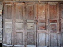 Αγροτική ξύλινη πόρτα Στοκ εικόνα με δικαίωμα ελεύθερης χρήσης