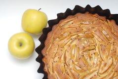 Αγροτική πίτα της Apple με την κανέλα με τα φρούτα Rwo Apple απομονωμένος Υγιή τρόφιμα επιδορπίων Στοκ Εικόνες