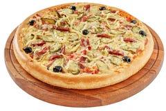 Αγροτική πίτσα με το ζαμπόν και τα τουρσιά στοκ εικόνες