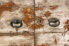 Αγροτική παλαιά πόρτα με τα εξογκώματα. Στοκ φωτογραφία με δικαίωμα ελεύθερης χρήσης