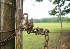 Αγροτική πύλη με το σύρτη αλυσίδων Στοκ εικόνα με δικαίωμα ελεύθερης χρήσης