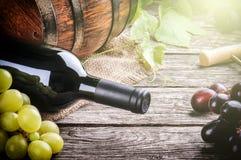 Αγροτική ρύθμιση με το κόκκινο κρασί και το φρέσκο σταφύλι Στοκ Εικόνα