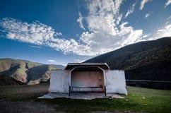Αγροτική στάση λεωφορείου της πέτρας στο δρόμο βουνών Κενός σταθμός μεταφορών abandoned building στοκ φωτογραφίες με δικαίωμα ελεύθερης χρήσης