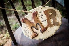 Αγροτική συνεδρίαση γαμήλιων σημαδιών σε μια καρέκλα στοκ φωτογραφίες με δικαίωμα ελεύθερης χρήσης