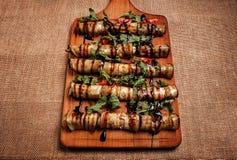 Αγροτική τηγανισμένη γεμισμένη μελιτζάνα σε έναν ξύλινο πίνακα Στοκ Εικόνα