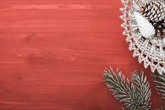 Αγροτικοί κώνος πεύκων και διακόσμηση Χριστουγέννων στο ηλικίας ξύλο σιταποθηκών με το διάστημα αντιγράφων στη μέση Στοκ Φωτογραφίες
