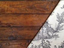 Αγροτικοί ξύλινοι πίνακες με ένα εκλεκτής ποιότητας τραπεζομάντιλο Στοκ Φωτογραφία
