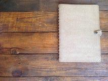 Αγροτικοί ξύλινοι πίνακες με το σημειωματάριο Στοκ Εικόνα