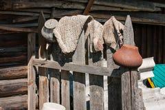 Αγροτικοί φράκτης, δοχεία και κουβέρτες σε Palekh, περιοχή του Βλαντιμίρ, της Ρωσίας Στοκ φωτογραφία με δικαίωμα ελεύθερης χρήσης