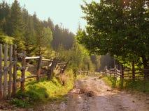 Αγροτικός βρώμικος δρόμος στην επαρχία βουνών Στοκ Φωτογραφία