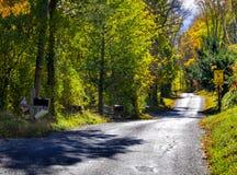Αγροτικός κατοικημένος δρόμος στοκ εικόνες με δικαίωμα ελεύθερης χρήσης