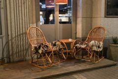 Αγροτικός καφές πεζοδρομίων με τους ξύλινους πίνακες στοκ εικόνες με δικαίωμα ελεύθερης χρήσης