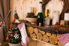 Αγροτικός μανδύας κούτσουρων με τις γυναικείες κάλτσες Χριστουγέννων Στοκ Εικόνα