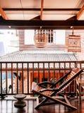 Αγροτικός ξύλινος εκλεκτής ποιότητας εσωτερικός συμπυκνωμένος εξοχικών σπιτιών καρεκλών recliner Στοκ Φωτογραφία