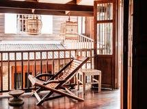 Αγροτικός ξύλινος εκλεκτής ποιότητας εσωτερικός συμπυκνωμένος εξοχικών σπιτιών καρεκλών recliner Στοκ εικόνες με δικαίωμα ελεύθερης χρήσης