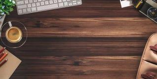 Αγροτικός ξύλινος πίνακας γραφείων σχεδιαστών με την ουσία φωτογράφων Τοπ άποψη με το διάστημα αντιγράφων, στοκ εικόνες