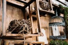 Αγροτικός ο τοίχος με το καλάθι και το κλουβί Στοκ Φωτογραφίες