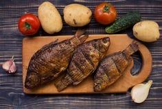 Αγροτικός πίνακας με τα τρόφιμα Τρόφιμα, σε έναν ξύλινο πίνακα Τηγανισμένα ψάρια, που μαγειρεύονται υπέροχα, πικ-νίκ Στοκ φωτογραφίες με δικαίωμα ελεύθερης χρήσης