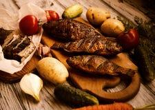 Αγροτικός πίνακας με τα τρόφιμα Τρόφιμα Σε έναν ξύλινο πίνακα Στοκ φωτογραφία με δικαίωμα ελεύθερης χρήσης