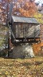 Αγροτικός παραδοσιακός ανεμόμυλος με τους τοίχους ξυλείας Στοκ Φωτογραφίες