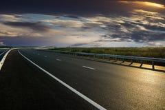 Αγροτικός δρόμος στο ηλιοβασίλεμα στοκ εικόνες με δικαίωμα ελεύθερης χρήσης